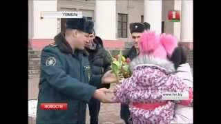 МЧС дарит девушкам цветы!!!(На остановках общественного транспорта останавливалась пожарная машина, спасатели поздравляли девушек..., 2015-03-06T15:06:01.000Z)