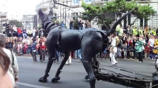 Royal de luxe - le chien de la petite géante