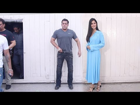 Salman Khan IGN0RES Katrina Kaif while Posing for Photos during Bharat Promotions