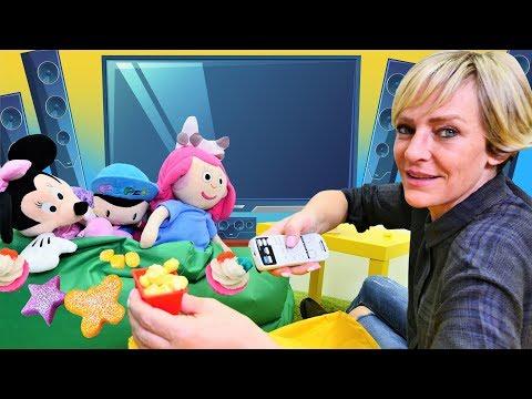 Nicole macht aus PlayDoh Popcorn und Cupcakes - Spielzeugvideo für Kinder