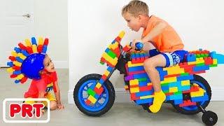 Vlad e Nikita cavalgam Toy Sportbike e brincar com brinquedos