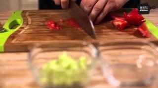 салат из морепродуктов и соусом из авокадо