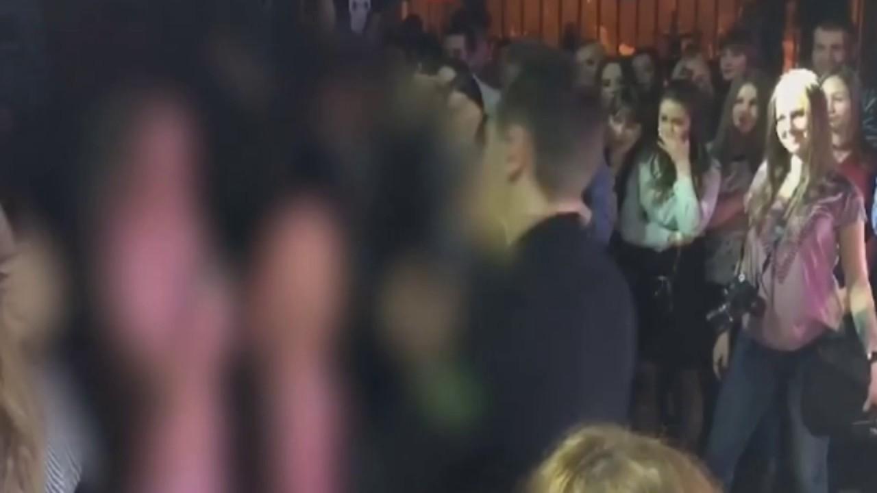 Видео две девушки раздеваются в ночном клубе, ролевые игры бдсм мужской анал смотреть онлайн