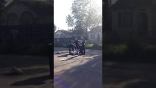 بالفيديو.. شرطي أمريكي ينهال على شاب أسود باللكمات