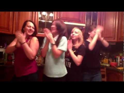 Ритмичный танец красивых девушек