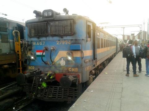 CNB WAG7 hauled 24228 CNB-BSB Varuna express departing from LKO ( with deendayalu coaches)
