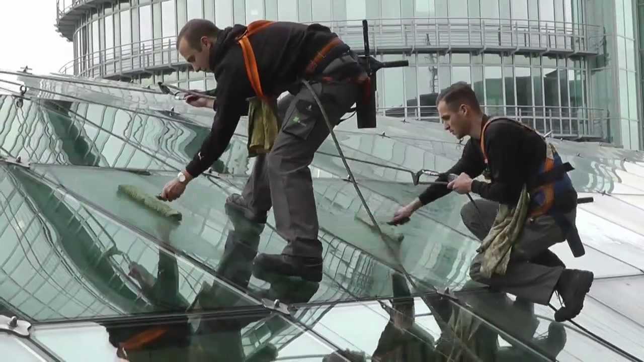 Kletterausrüstung Dresden : Fensterputzer steigen dem wtc dresden aufs dach youtube