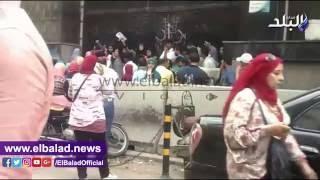 طلاب التمريض يرشقون أبواب «التعليم العالي» بالحجارة.. فيديو