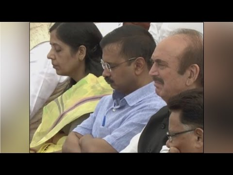 Arvind Kejriwal caught sleeping during PM Modi's 94 minute Independence Day speech | Oneindia news