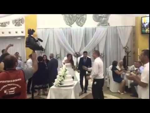 Download Kamarieri rrëzon tortën në dasëm, ja çka i ndodhë më pas