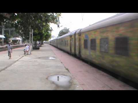 Absolutely in a hurry Yesvantpur Howrah Duronto races through Abada with SRC WAP- in lead