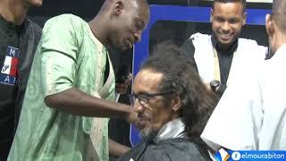 لاعبو المنتخب الوطني يحلقون شعر رأس المشجع بوب بعد 20 عاما من انتظار تأهل المنتخب للكان.