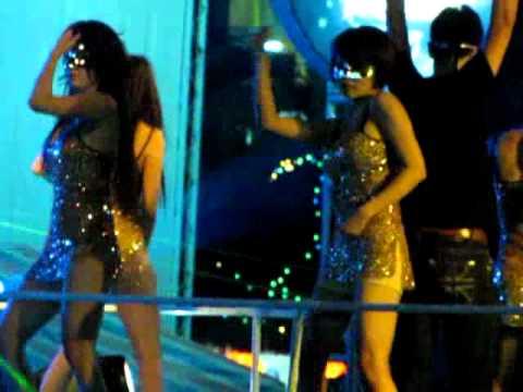 Gái nhảy ở CV nước Hồ Tây
