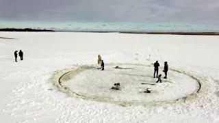 Estonia, un nonno crea una giostra rotante di ghiaccio: magia per i nipotini