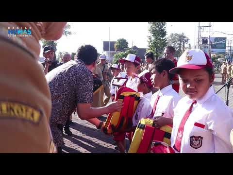 Walikota Dan Wakil Walikota Batu Serahkan Bantuan Tas Pada Siswa SD Pra Sejahtera