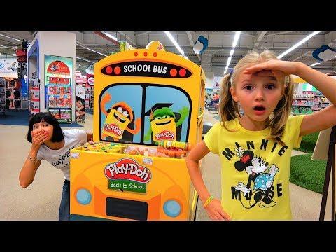 Полина и мама играют в магазине игрушек. Видео для детей
