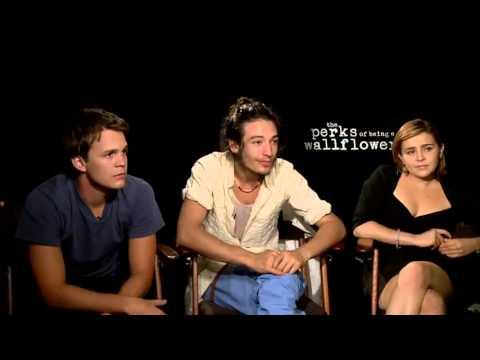 Johnny Simmons, Ezra Miller & Mae Whitman TPoBaW Interview HD]
