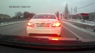 Водитель Мерседеса обстрелял машину и разбил её стекло
