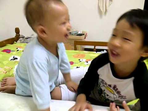 20121129-兩兄弟親嘴 - YouTube