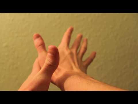 юля вставила пальчик в попку