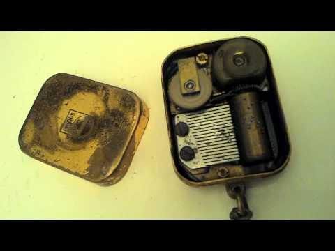 ancienne petite boite a musique porte clé objet publicitaire mécanisme suisse music box mélodie
