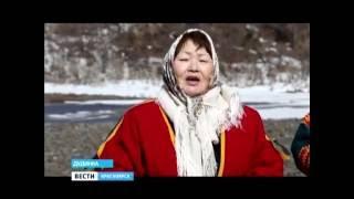 Северный народ энцы завершает обряд кормления воды от несчастий и голода