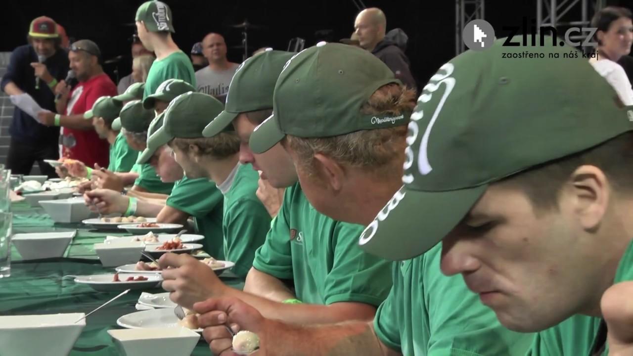 Video Pojídání švestkových knedlíků