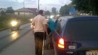 0708 Собака напала на велосипедиста в Бердске(Видео Сергея Болдырева (http://vk.com/autoberdsk) Необычное дорожное происшествие случилось сегодня вечером на улице..., 2013-08-07T15:28:55.000Z)