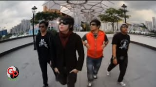 Download lagu Five Minutes -  Semakin Ku Kejar Semakin Kau Jauh [Official Music Video]