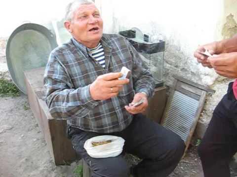 Дед Сергей учит крутить махорку
