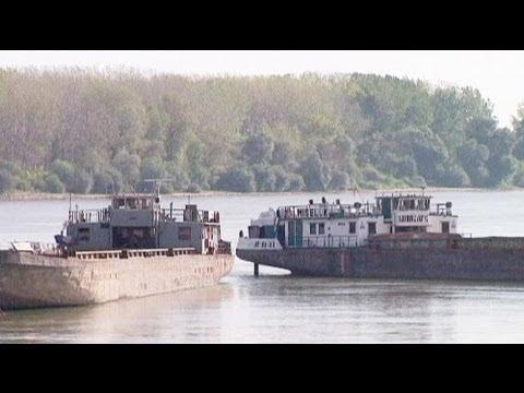 Unpaid workers block the Danube