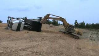 Dump truck fell over - John Deere excavator comes to rescue. Part 1