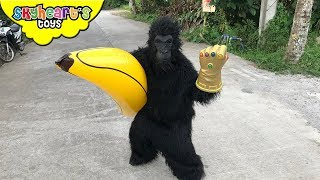 Angry GORILLA THANOS! Skyheart & Daddy encounters giant ape with banana action kids