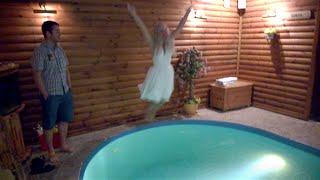 Невеста в платье прыгает в бассейн