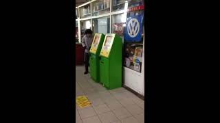 Мужчина вскрывает игровой автомат в Алматы