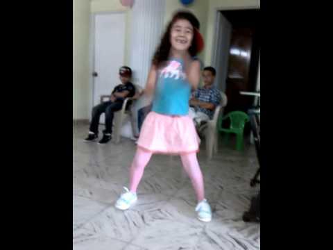 Jovencita bailando y mostrando su ropa interior - 4 5