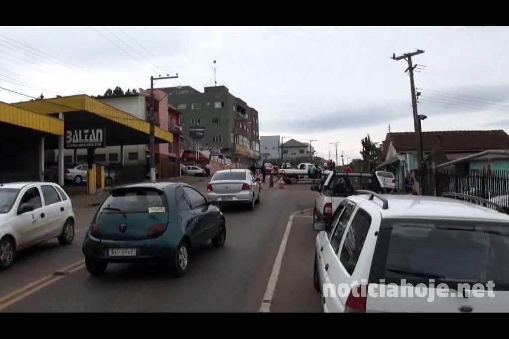 Trânsito na rua Brasília em meia...
