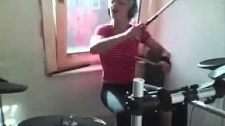 Девчёнка КЛАССНО играет на ударных!