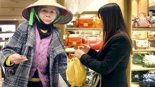 Bà lão quê mùa vào mua quần áo bị quản lý kh,i,nh thường, vài phút sau cô hối hận vì...