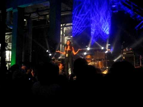 Julie Springer announcing The Donnas