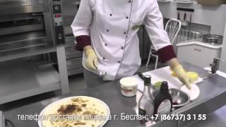 """Пиццерист ресторана """"Эрмитаж"""" (г. Беслан) Залина Кабисова показывает как приготовить фруктовую пиццу"""