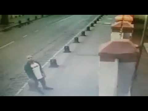 To σπάσιμο του σταυρού σε εκκλησία της Κωνσταντινούπολης - YouTube