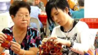 Repeat youtube video 潘美辰-2009年1月8日探訪红山樂龄中心(製作綉球燈籠)