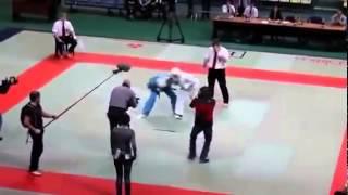 Судья избил бойцов на ринге