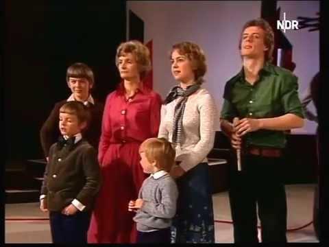 Ursula von der Leyen, damals noch Albrecht singt mit Familie