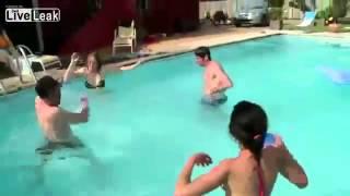 Pokusao da prdne pod vodom, pa se usrao u bazenu...