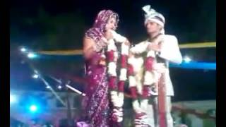 शादी में जयमाला के समय स्टेज पर दुल्हन के साथ कुछ ऐसा हुआ जिसे देखकर आप अपनी हंसी रोक नही पायेंगे।