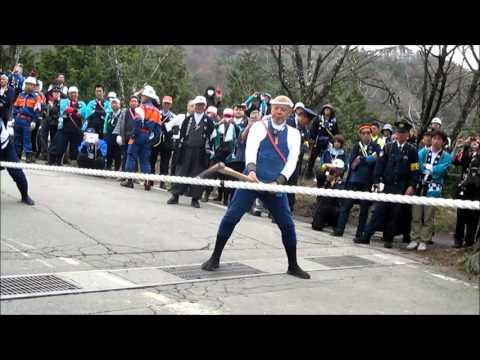 諏訪御柱祭木落しの縄切断の瞬間
