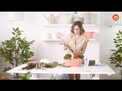 Arma un arreglo con flores artificiales