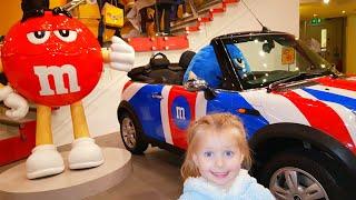 ИГРУШКИ Эльвира в  магазине КОНФЕТ ИГРУШЕК M&Ms Funny Baby shopping in toy store for children дети